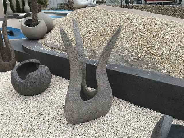 3 Arm Skulptur 1600cm hoch 80 cm mal 80 cm grau